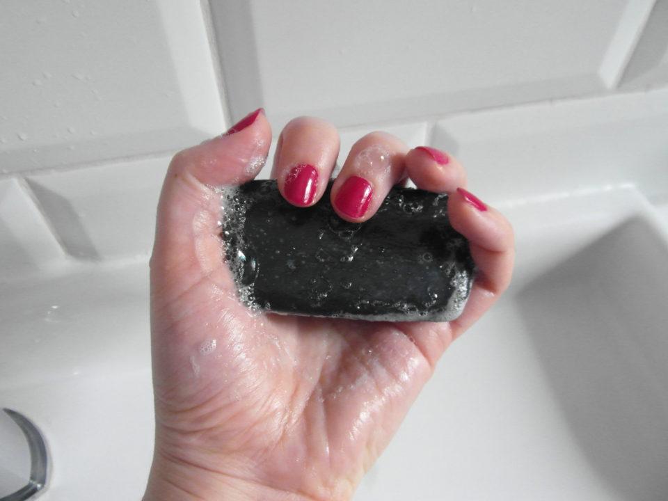 Jak zrobić mydło z węglem aktywowanym