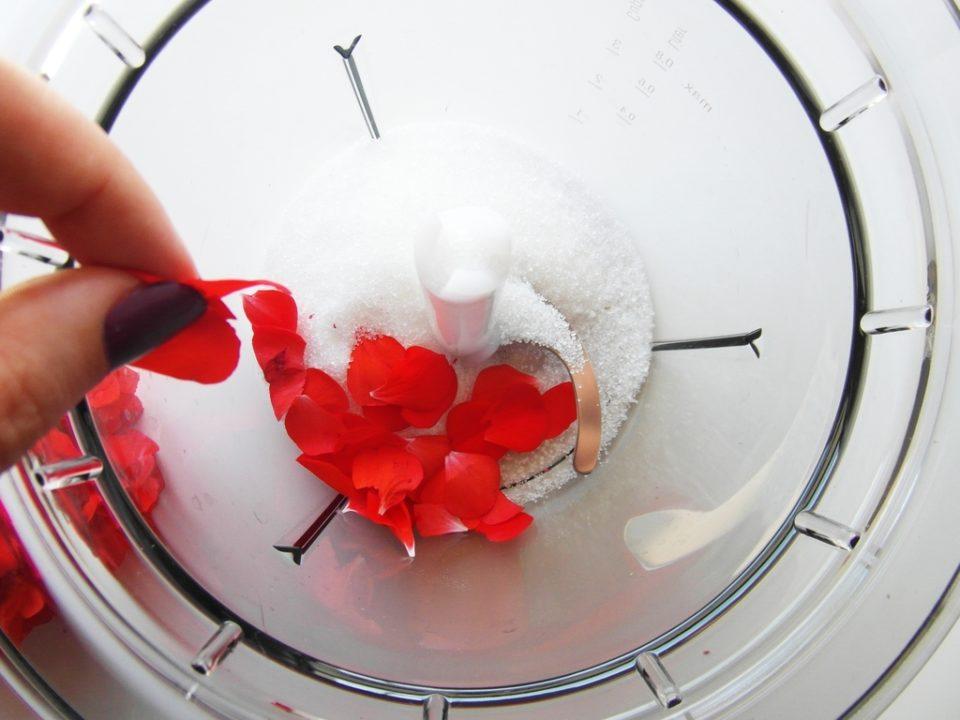 scrub cukrowy z płatkami pelargonii