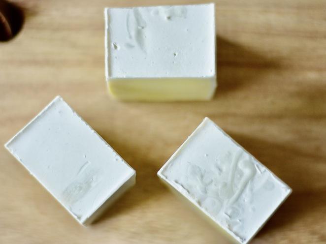 biały osad na mydle